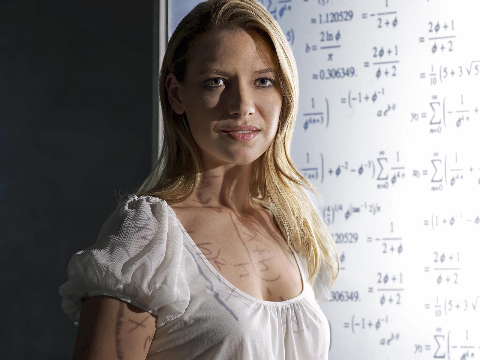 FRINGE: Agent Olivia Dunham (Anna Torv) investigates a disturbing pattern that blurs the line between the possible and the impossible on FRINGE premiering Tuesday, Sept. 9 (8:00-9:30 PM ET/PT) this fall on FOX. ©2008 Fox Broadcasting Co. Cr: George Holz/FOX