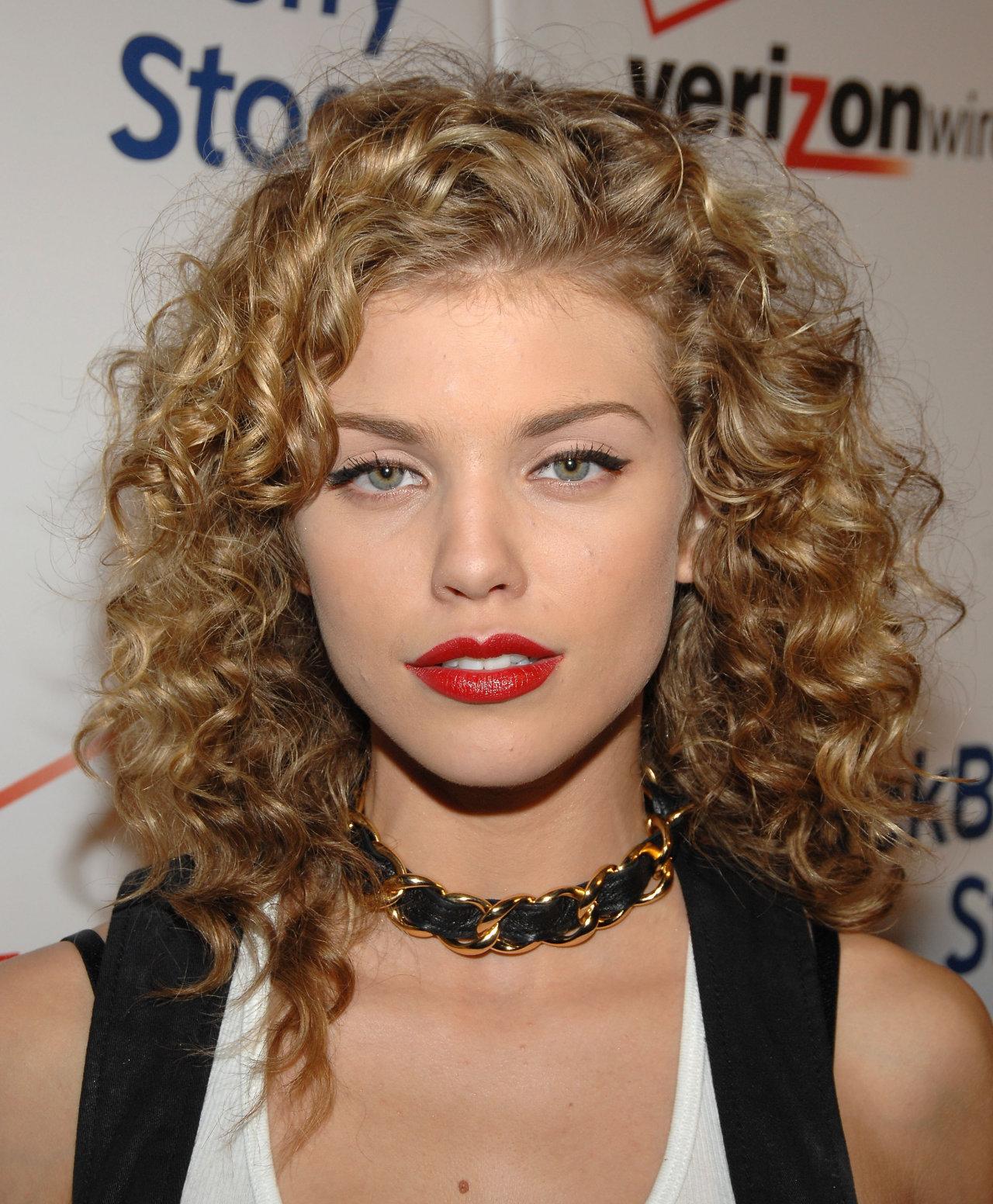 annalynne-mccord-hairstyles10