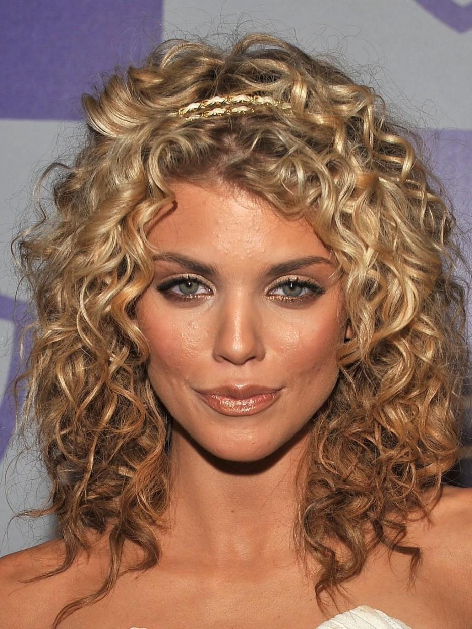 annalynne-mccord-hairstyles7