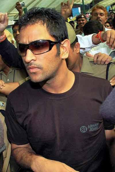 mahendra-singh-dhoni-long-haircuts5