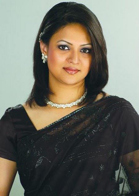 richi-solaiman-hair-style-in-black-saree