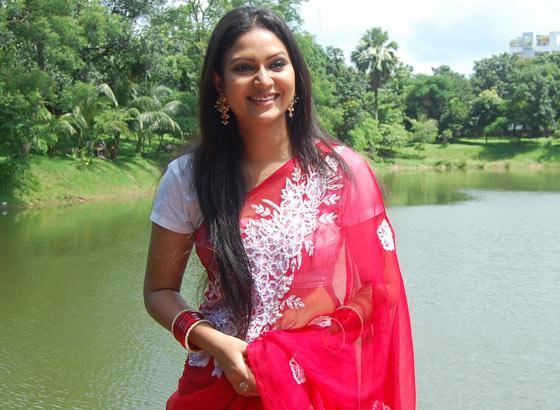 richi-solaiman-long-hair-and-red-saree