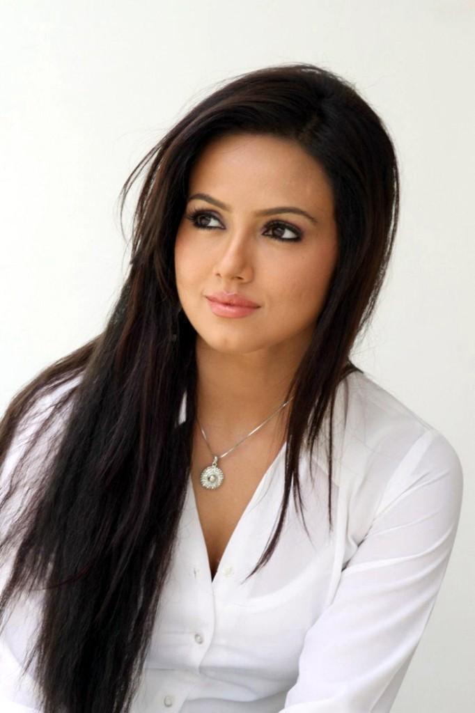 sana-khan-hairstyle