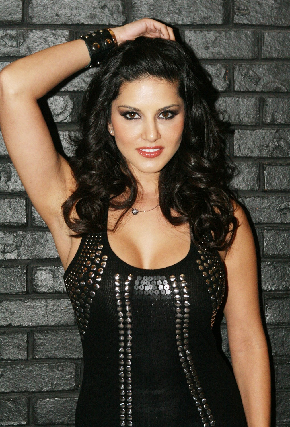 sunny-leone-hairstyles-in-black-dress
