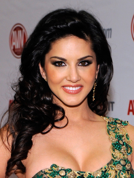 sunny-leone-long-hairstyles-long-curls