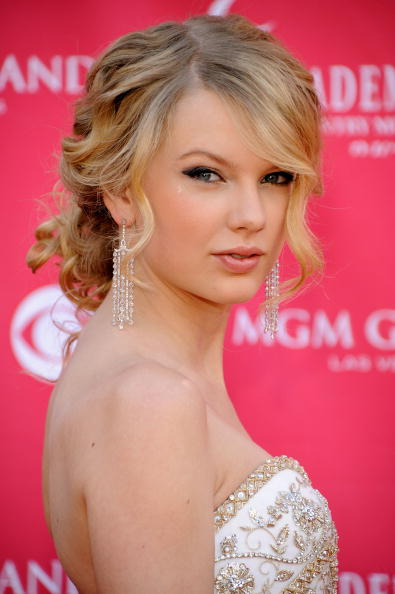 taylor-swift-updo-hair-style